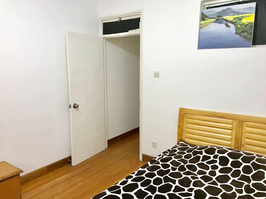 朝南带窗、阳光充足、安静的独立房间(双人床、实木地板)
