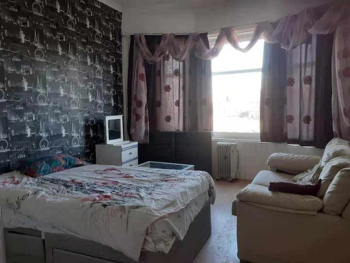 Nice 2 bedroom flat near Glasgow Airport and UWS