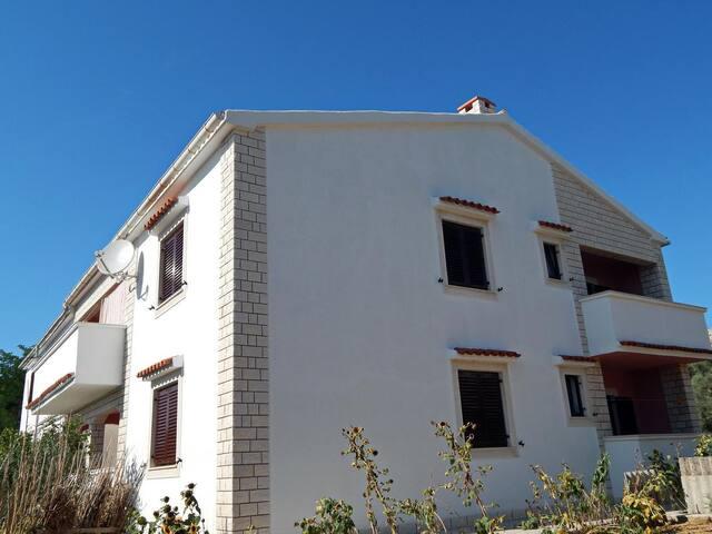 Dvoupokojový apartmán s balkónem Pag (A-11358-b)