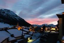 Vue du logement sur la montagne au coucher de soleil en hiver.