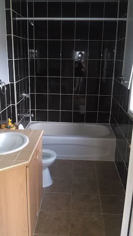 Clean and cozy room available in family home - Oshawa - Hus