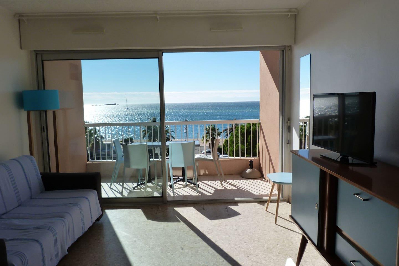 Superbe vue sur la mer depuis l'intérieur de l'appartement.