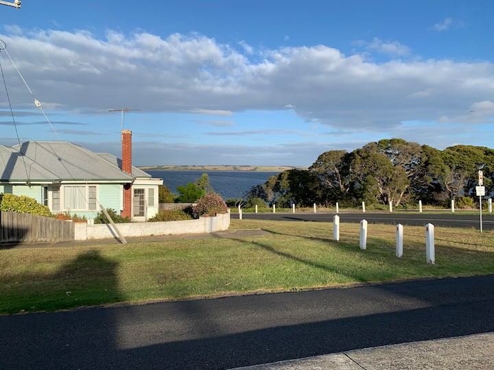 Queenscliff cottage overlooking Swan Bay