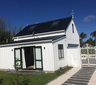 Self contained and charming Cottage at 95a - Point Wells - アパート