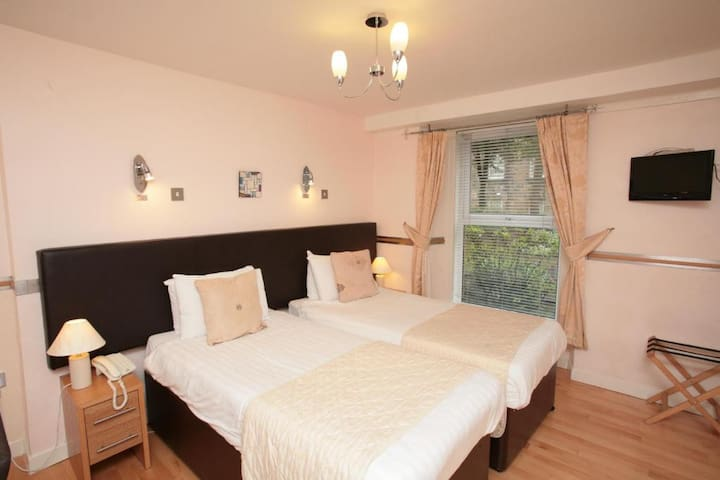Modern Twin Rooms near The SSE Hydro