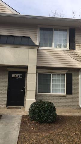 Gated 2 Level Condominium - Sandy Springs - Condominio