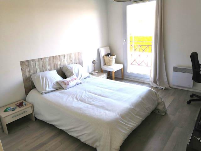 Chambre calme spacieuse avec TV et petit déjeuner