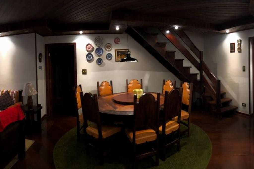 Sala Jantar com mesa colonial 8 lugares com acesso para a suite master.