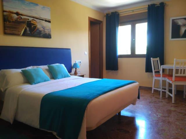 Habitación 1 (doble, cama matrimonial de 135) Room 1 (double with 135cm bed)