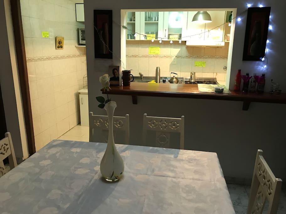 Comedor compartido Barra con vista a la cocina