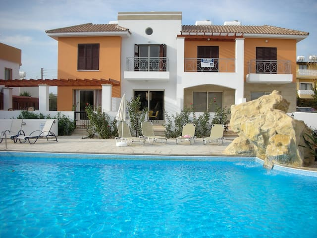 Two Bed House with Pool near Amenities, Paphos - Paphos - Hus