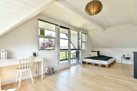 Stort lyst værelse med veranda - Sunds