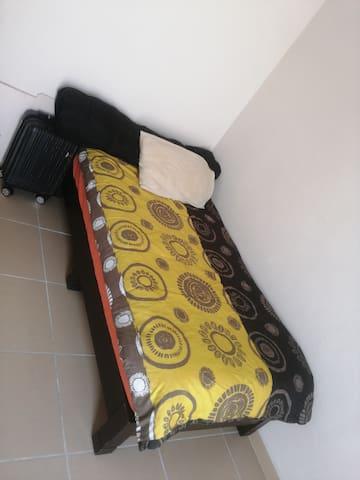 Cuarto indivual ( o para compartir con) con cama individual y mesa de trabajo