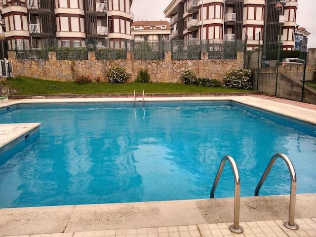 Casa baja con jardín, barbacoa y acceso a piscina