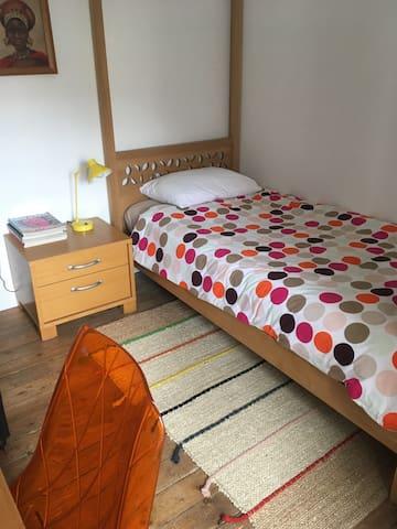 Chambre avec lit 1 personne au 1er étage.