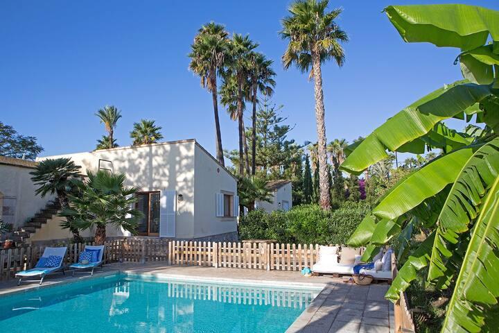 Luxury villa with pool in a wonderful garden