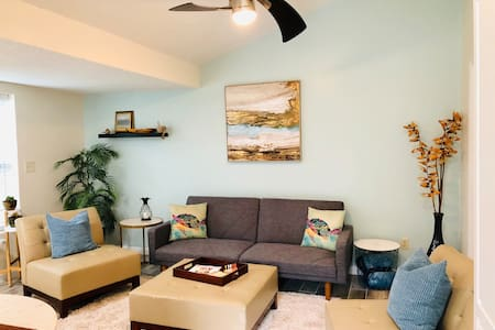 Cozy Bungalow: Uber to Sports Downtown & Hospitals
