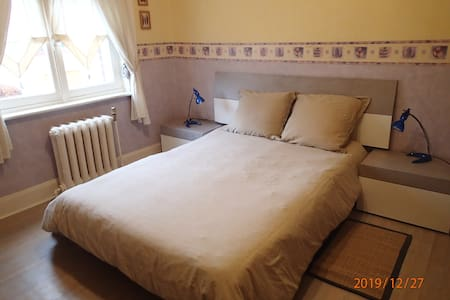 1 chambre lit double, toilettes, SDB particulières