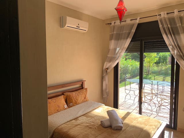 Nice and cozy blanket. AC with two different modes Heating and Air Conditionning system.