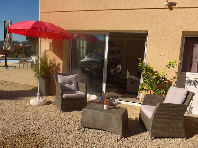 Apartment with heated pool in Prayssac.