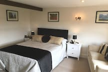 Quality private apartment with stunning views over the Berkshire countryside. New King-size bed with luxury Egyptian cotton bedding, sofa, dining / work table & 40 inch free-view flat screen TV. PLUS:  Fully equipped kitchen and modern bathroom with double walk-in power shower.
