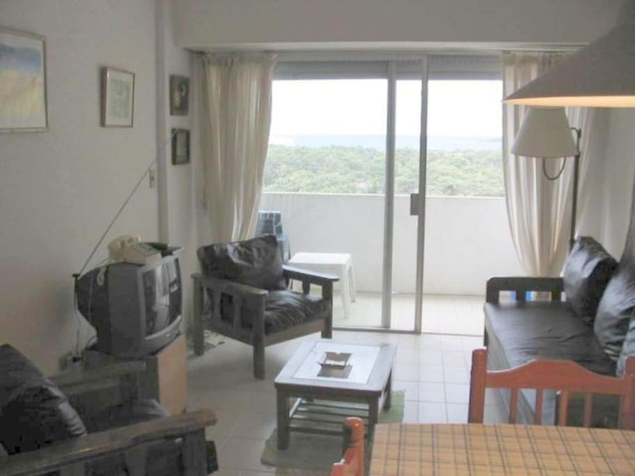 Living con amplio balcón con  excelente vista a la isla gorriti y hermosos atardeceres.
