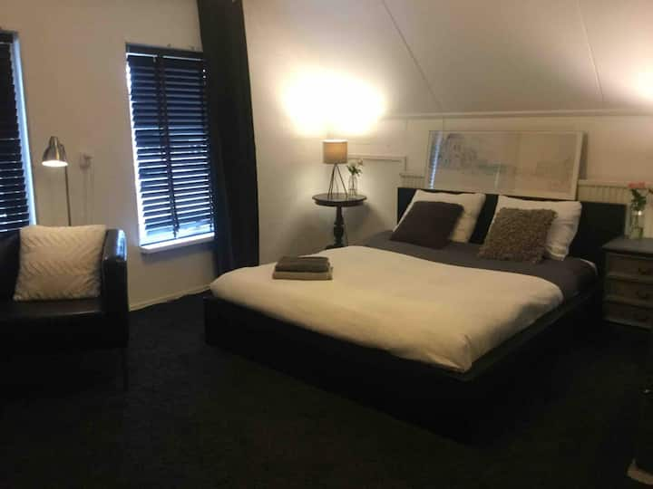 Private rooms, long or short term, near Amsterdam.