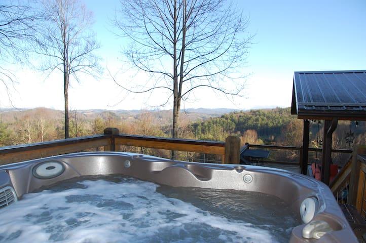 'View & Far Between' Cozy Mountain Home w/ hot tub