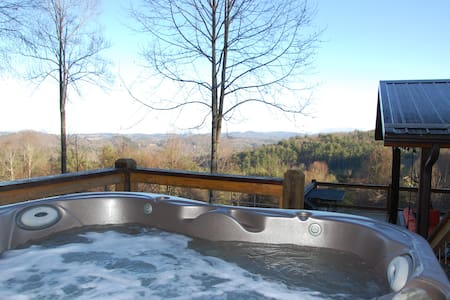 'View & Far Between' Cozy Mountain Home w/ hot tub
