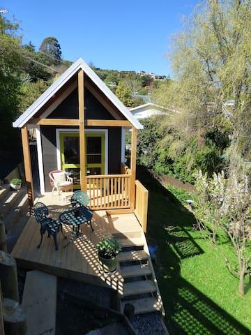 Plum Cottage - peaceful retreat near the beach