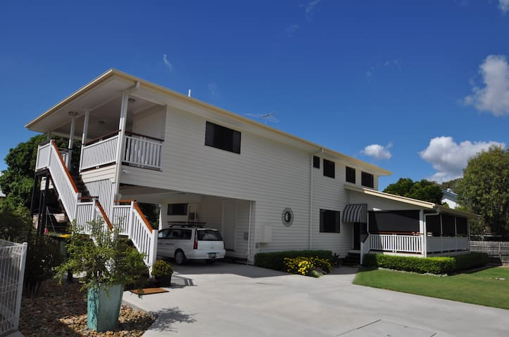 Quiet 4 Bedroom upstairs apartment - Wynnum - Byhus