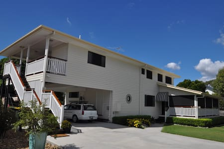 Quiet 4 Bedroom upstairs apartment - Wynnum