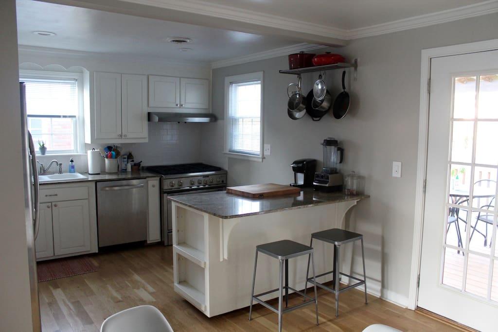 Fully stocked kitchen w/ gas range