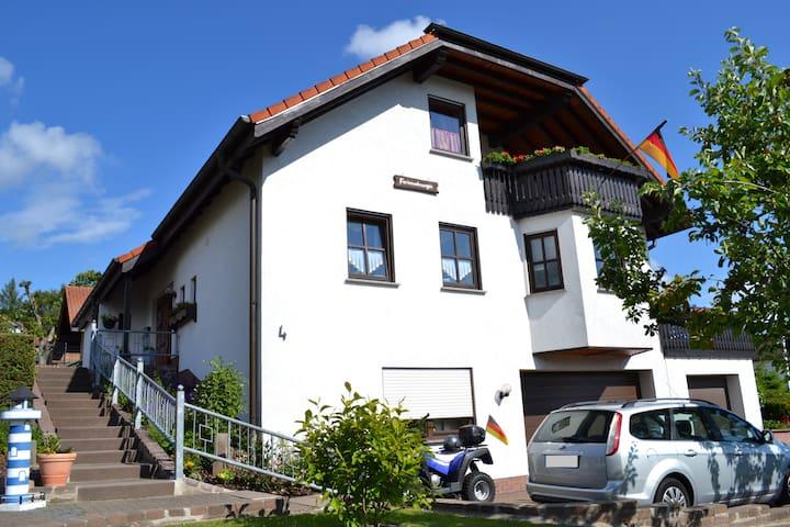 Gemütl. Ferienwohnung in der Rhön mit Balkon - Hilders - Osakehuoneisto