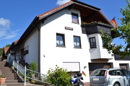 Gemütl. Ferienwohnung in der Rhön mit Balkon - Hilders