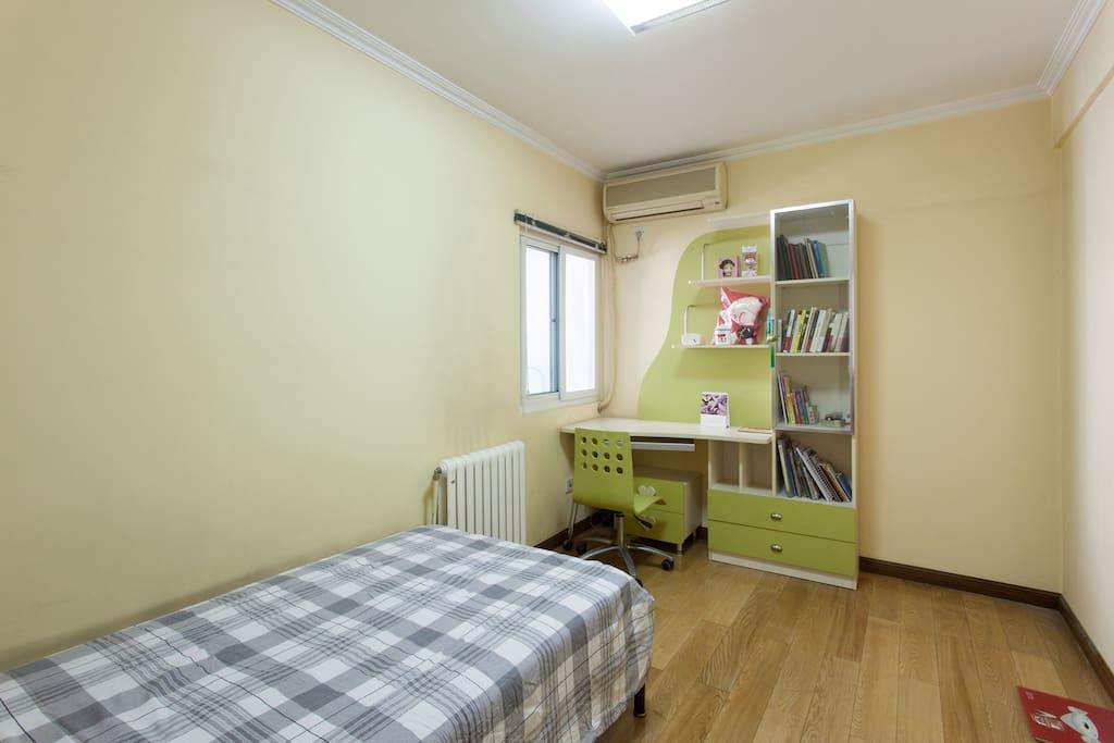 房间的全景,储物柜,衣架、床、空调