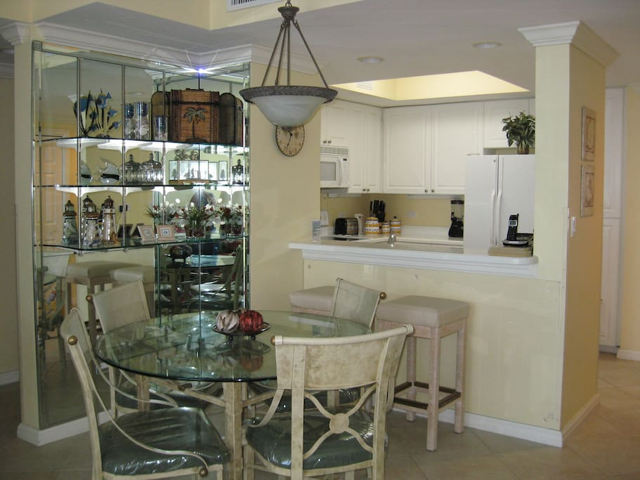 Dining area with bar - kitchen