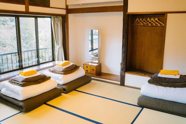 3名様用の和室です。 ご自身でお布団を敷いてご利用いただいております。