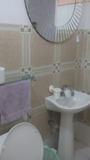 Esta es el baño muy cómodo agua fría y caliente
