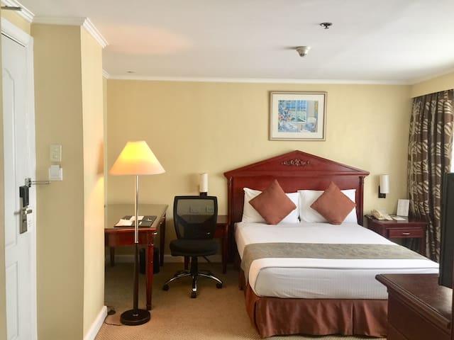 Oxford Suites Makati Studio Room 1 Queen Bed