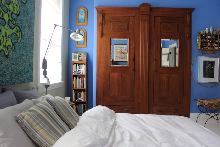Bright & comfy room in art filled Fishtown home