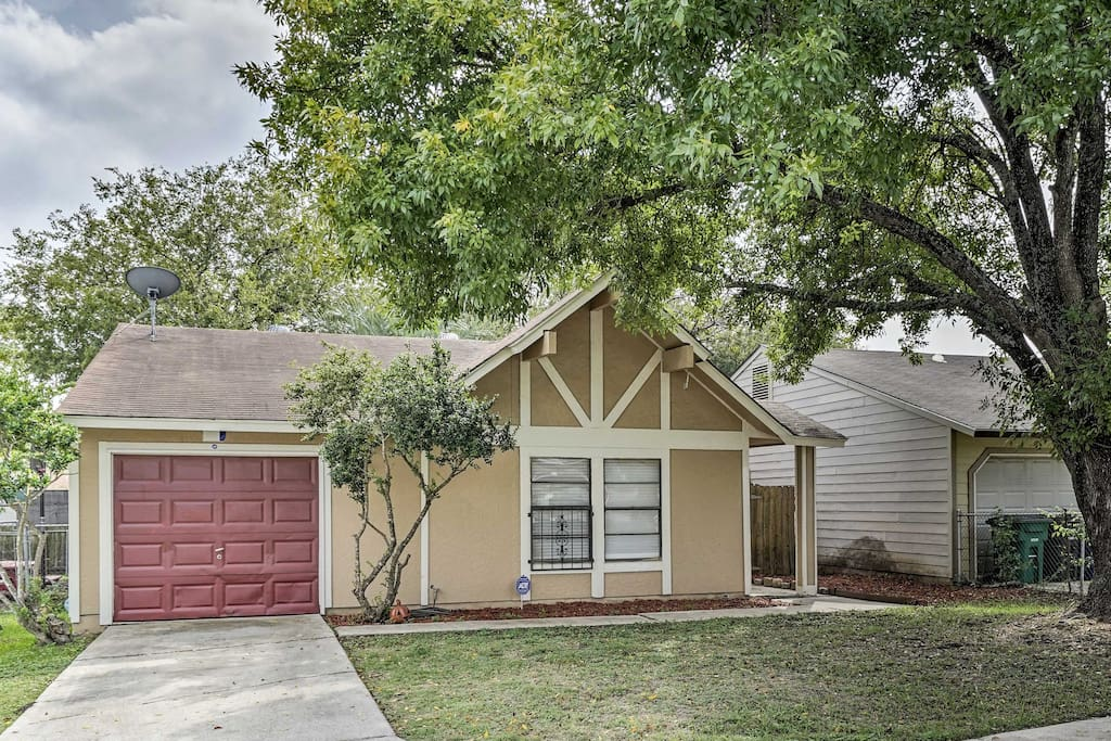 This lovely home in the Sunrise neighborhood accommodates 4-6 guests.