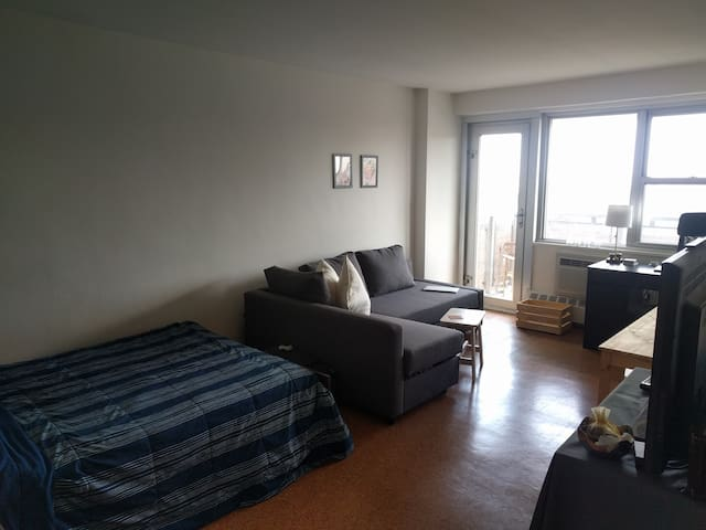 Bright & Cozy Studio w/ Private Balcony in Inwood - New York - Apartemen