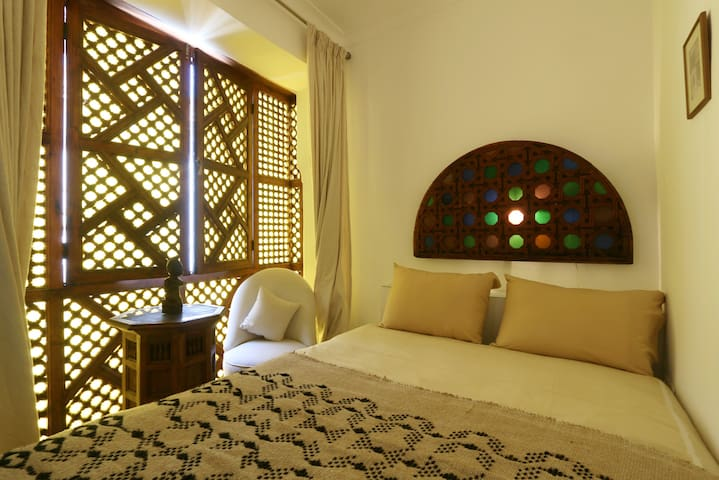 Bedroom on the first floor with the traditional Masharabya