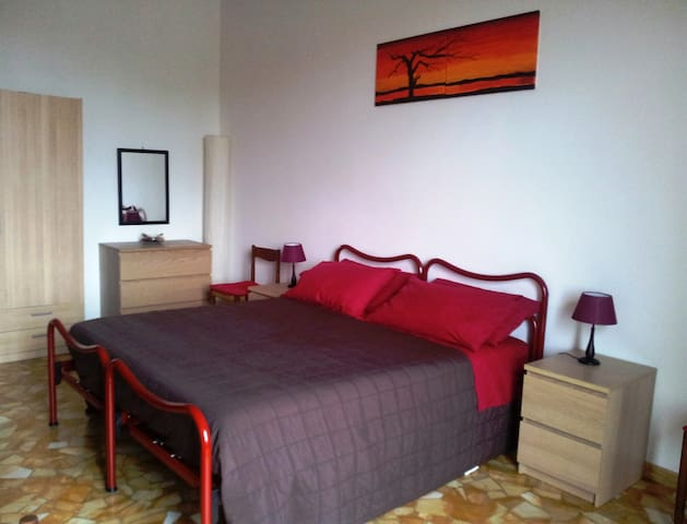 BIG ROOM NEAR CITY CENTER AND FIERA DISTRICT - Bologna - Wohnung