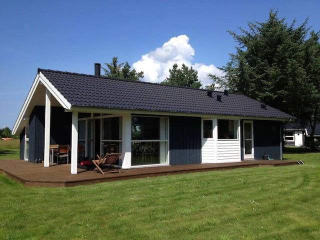 Sommerhus tæt på limfjorden (1,5 km fra Golfbane) - Farsø - Hytte