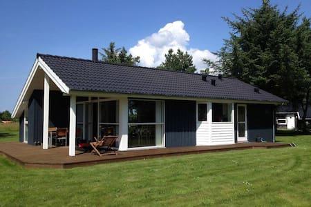 Sommerhus tæt på limfjorden (1,5 km fra Golfbane) - Farsø - Blockhütte