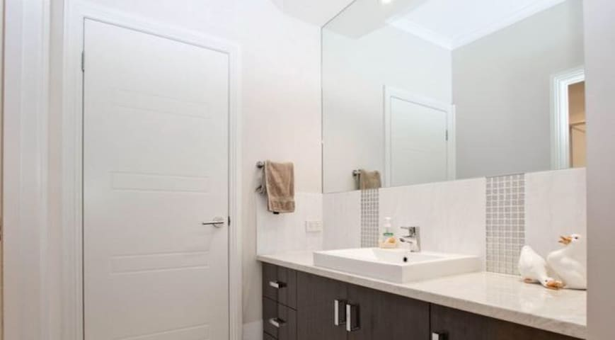 Modern house, clean and spacious, Furnished - Salisbury Downs - Haus