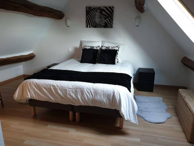 3ème chambre en mezzanine au 3 ème niveau avec 1 lit de 160x 200 ou 2 lits de 80x200 et une télé