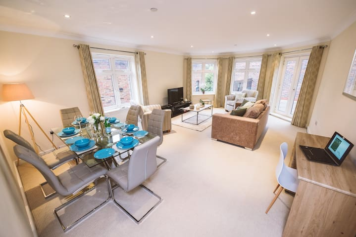 Jade - Winchester Suite, Royal Swan Quarter: 2 bed 2 bath apartment with courtyard